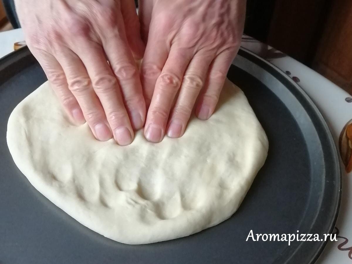 Разминаем тесто для пиццы руками